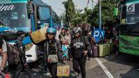 Calon penumpang bersiap menaiki bus di Terminal Kalideres, Jakarta, Kamis (30/5/2019). Menurut Badan Pengelola Transportasi Jabodetabek (BPTJ) puncak arus mudik di Terminal Kalideres diprediksi akhir pekan ini, mulai dari Jumat hingga Sabtu. (Liputan6.com/Faizal Fanani)