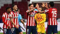Para pemain Atletico Madrid berselebrasi usai mengalahkan Barcelona pada pertandingan lanjutan La Liga Spanyol di stadion Wanda Metropolitano di Madrid, Spanyol, Sabtu (21/11/2020). Atletico menang tipis atas Barcelona 1-0. (AFP/Gabriel Bouys)