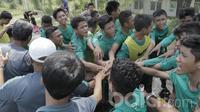 Pemain seleksi Timnas Indonesia U-16 usai melakukan latihan terakhir jelang pengumuman hasil seleksi. Timnas U-16 ini dipersiapkan untuk mengikuti ajang Piala AFF U-15 pada 9–22 Juli 2017 yang diselenggarakan di Thailand. (Bola.com/M Iqbal Ichsan)