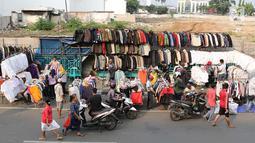 Pedagang pakaian bekas berjualan di sepanjang trotoar kawasan Senen, Jakarta, Jumat (4/5). Belum tersedianya lahan membuat para pedagang menggelar dagangannya di trotoar. (Liputan6.com/Immanuel Antonius)