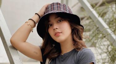 Wanita asal Surabaya ini memang dikenal selalu tampil modis di berbagai momen. Gayanya yang kekinian, membuat Fay Nabila selalu berhasil curi perhatian. Seleb jebolan IMB ini juga tampak makin menawan saat memakai topi.(Liputan6.com/IG/@faynabilalxndr)