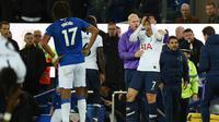 Striker Tottenham Hotspur Son Heung-min (tengah) memegangi kepalanya setelah menekel gelandang Everton Andre Gomes pada pertandingan Liga Inggris di Goodison Park, Liverpool, Inggris, Minggu (3/11/2019). Tekel Son Heung-min menyebabkan Andre Gomes patah kaki. (Oli SCARFF/AFP)