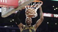 Pebasket LA Lakers, Kentavious Caldwell-Pope, memasukkan bola sat melawan Minnesota Timberwolves pada laga NBA di di Staples Center, Sabtu (7/4/2018). Timberwolves menang 113-96 atas LA Lakers. (AP/Reed Saxon)