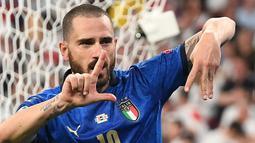 Leonardo Bonucci. Bek Juventus dan Timnas Italia ini kini berusia 34 tahun dan 5 bulan. Perannya bersama Giorgio Chiellini, rekan setimnya di Juventus berhasil membawa pulang trofi Euro 2020 tentunya menjadi alasan kuat ia dinominasikan dalam Ballon d'Or edisi 2021. (AFP/Pool/Andy Rain)