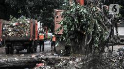 Petugas UPK Badan Air DLH Provinsi DKI Jakarta mengangkut sampah sungai memakai alat berat di TPSS Perintis Kemerdekaan, Jakarta, Selasa (16/2/2021). TPSS Perintis Kemerdekaan jadi penampungan sementara sampah sungai sebelum dibawa ke TPS Bantar Gebang. (merdeka.com/Iqbal S. Nugroho)