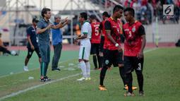 Pelatih Luis Milla memberikan Instruksi kepanda Evan Dimas saat melawan Timor Leste pada  SEA Games 2017 di Stadion Selayang, Selangor, Minggu (20/8). Indonesia menang 1-0. (Liputan6.com/Faizal Fanani)