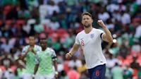 Pemain Inggris, Gary Cahill melakukan selebrasi usai mencetak gol ke gawang Nigeria dalam laga uji coba Piala Dunia 2018 di Stadion Wembley, London, Inggris, Sabtu (2/6). Inggris berhasil menekuk Nigeria dengan skor 2-1.  (AP Photo/Matt Dunham)