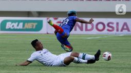 Penyerang Arema FC Kushedya Hari Yudo terjatuh saat berebut bola dengan pemain Persikabo 1973 pada laga Piala Menpora di Stadion Manahan, Solo, Minggu (21/3/2021). Kedua tim bermain imbang 1-1. (Bola.com/M Iqbal Ichsan)