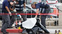 Polisi Israel memeriksa mayat pria Palestina yang ditembak mati usai menikam dua warga Israel di Tel Aviv, Kamis (8/10). Menurut juru bicara polisi Israel, pria Palestina itu menikam tentara wanita dengan obeng di Mulailah Street. (AFP PHOTO/JACK GUEZ)