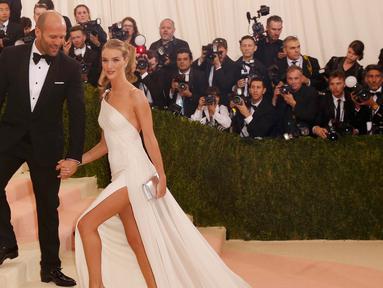 Aktor Jason Statham bersama sang kekasih, Rosie Huntington - Whiteley tiba bersamaan di ajang Met Gala bertemakan 'Manus x Machina: Fashion In An Age of Technology' yang digelar di Metropolitan Museum of Art, New York, Senin (2/5). (REUTERS/Lucas Jackson)