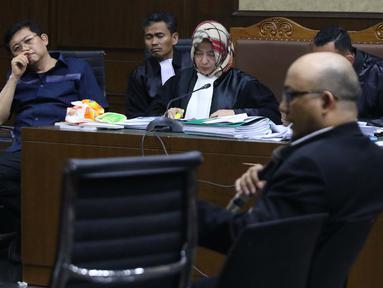 Terdakwa dugaan menghalangi proses penyidikan KPK terhadap Eddy Sindoro, Lucas (kiri) menyimak keterangan Novel Baswedan saat sidang lanjutan di Pengadilan Tipikor Jakarta, Kamis (10/1). Sidang mendengar keterangan saksi. (Liputan6.com/Helmi Fithriansyah)