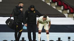 Sempat ditarik keluar untuk mendapat perawatan dan masuk kembali, namun akhirnya tidak dapat melanjutkan pertandingan. Ia digantikan oleh Gonzalo Villar pada menit ke-5. (AP/Jon Super)
