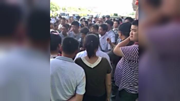 Suasana warga yang berkumpul saat melihat keluarga Yueyue menuntut mantan suami anaknya (Video screengrab)
