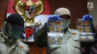 Penyidik KPK menunjukkan barang bukti emas dalam operasi tangkap tangan (OTT) terhadap anggota Komisi XI Amin Santono, Jakarta, Sabtu (5/5). Amin Santono ditangkap di Bandara Halim Perdanakusuma. (Merdeka.com/Imam Buhori)