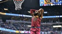 Forward Cleveland Cavaliers LeBron James melakukan slam dunk pada laga NBA 2017-2018 melawan Memphis Grizzlies di FedExForum, Jumat (23/2/2018) atau Sabtu (24/2/2018) WIB. (AP Photo/Brandon Dill)