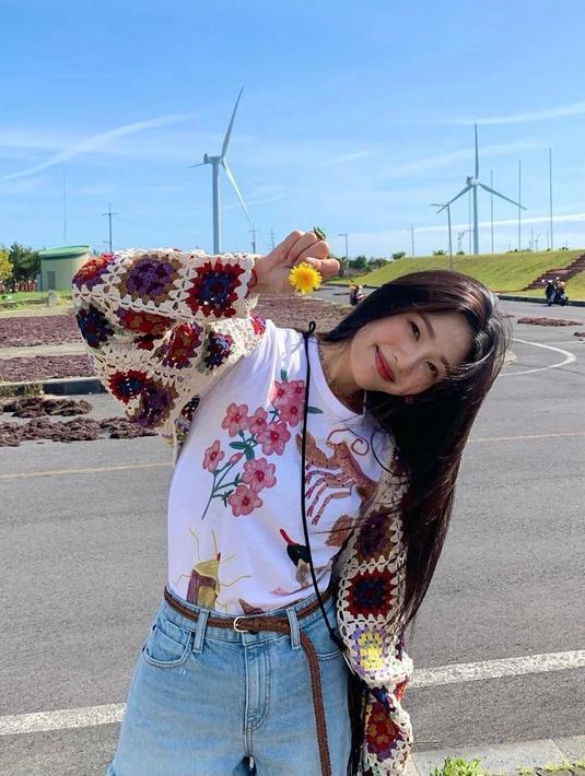 Joy Red Velvet menjadi salah satu idol yang begitu dikagumi oleh banyak orang. Lewat akun Instagramnya, idol kelahiran 3 September 1996 ini kerap tampil dengan outfit berbahan denim yang simpel, tapi tetap stylish. Berikut gayanya yang bisa kamu tiru. (Instagram_imyour_joy).