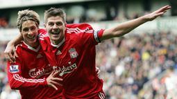 Liverpool juga memiliki duet maut lain lewat pasangan Steven Gerrard dan Fernando Torres. Meski hanya bertahan tiga setengah musim, kedua pemian tersebut berhasil menjadi mimpi buruk tim lawan dan antar The Reds finis nomor dua di Liga Inggris musim 2008/2009. (Foto: AFP/Paul Ellis)
