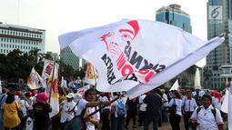Ratusan relawan Jokowi Poros Benhil melakukan aksi damai salam jempol ceria di kawasan Monas, Jakarta, Jumat (11/1). Aksi tersebut sebagai  bentuk pesan ceria kepada masyarakat. (Liputan6.com/Johan Tallo)