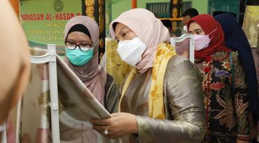 Menteri Ketenagakerjaan, Ida Fauziyah meninjau penerima program Jaring Pengaman Sosial (JPS) Tenaga Kerja Mandiri (TKM).