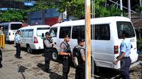 Polisi memperketat penjagaan saat iring-iringan 12 mobil ambulans beserta peti mati memasuki Dermaga Wijayapura menuju Lapas Nusakambangan, Cilacap, Jateng, Selasa, (28/4/2015). (Liputan6.com/Yoppy Renato)
