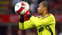 A.C.Milan's Brazilian goalkeeper Dida Nelson grabs the ball , 17 August 2007 during the 17th Luigi Berlusconi trophy AC Milan against Juventus at Maezza Stadium in Milan. AFP PHOTO/DAMIEN MEYER