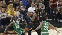 LeBron James tertahan saat akan masuk zona paint Boston Celtics (AP Photo/Tony Dejak)