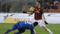 Striker AC Milan, Nikola Kalinic, mengontrol bola saat pertandingan melawan Bologna pada laga Serie A di Stadion San Siro, Senin (11/12/2017). AC Milan menang 2-1 atas Bologna. (AP/Luca Bruno)