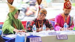 Petugas KPPS mengenakan pakaian adat pada pelaksanaan Pilkada Serentak 2018 di TPS XII Kelurahan Sei Mati, Kecamatan Medan Maimun, Rabu (27/6). Konsep berbeda ini untuk menarik minat masyarakat dalam menggunakan hak pilih. (Liputan6.com/Reza Perdana)