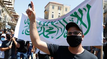 Warga berorasi mengenakan masker saat menggelar aksi protes terhadap keputusan pemerintah soal penggusuran di kota pesisir Mediterania, Jaffa, Tel Aviv selatan (26/6/2020). (AFP Photo/Jack Guez)