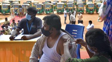 Pengemudi Bajaj di India Jalani Vaksinasi Covid-19