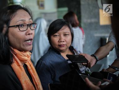 Antarini Arna dan Anis Hidayah, warga yang tergabung dalam Aliansi Warga Cinta Depok, memberikan keterangan di kantor Ombudsman RI, Jakarta, Jumat (26/7/2019). Warga Depok datang mengadu ke Ombudsman perihal pemisahan lahan parkir untuk laki-laki dan perempuan. (Liputan6.com/Faizal Fanani)