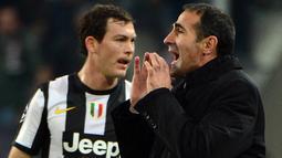Angelo Alessio mengawali kariernya sebagai asisten pelatih Napoli rentang 2002-2003. Takdir kemudian membawanya menukangi klub medioker Italia, Imolese (2004-2005), Messese (2006-2006), hingga SPAL (2008). (Foto: AFP/Olivier Morin)