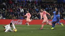 Striker Barcelona, Lionel Messi, melepaskan tendangan ke gawang Getafe pada laga La Liga di Stadion Alfonso Perez, Minggu (6/1). Barcelona menang 2-1 atas Getafe. (AP/Manu Fernandez)