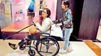Kinaryosih terpaksa menggunakan tongkat dan kursi roda karena otot kakinya putus.