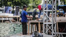 Pekerja menyelesaikan pembuatan panggung HUT ke-492 DKI di area Bundaran HI, Jakarta, Kamis (20/6/2019). Pemprov DKI Jakarta akan menggelar pesta rakyat di area Bundaran HI pada 22 Juni 2019. (Liputan6.com/Faizal Fanani)