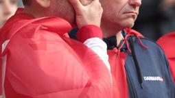 Reaksi seorang fans setelah gelandang timnas Denmark, Christian Eriksen pingsan di lapangan pada laga Denmark vs Finlandia di Grup B Euro 2020 di Parken Stadium, Copenhagen, Sabtu (12/6/2021). Eriksen saat ini telah dalam kondisi stabil, seperti diumumkan UEFA (HANNAH MCKAY/various sources/AFP)