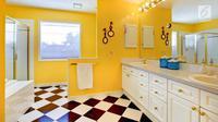 Ingin membuat area meja rias menjadi lebih nyaman di kamar mandi? Ini tipsnya (Foto: Istockphoto)
