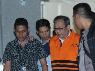 Tersangka dugaan korupsi proyek pengadaan E-KTP, Made Oka Masagung (ketiga kiri) mengenakan rompi tahanan usai menjalani pemeriksaan di gedung KPK Jakarta, Rabu (4/4). KPK resmi menahan pengusaha Made Oka Masagung. (Liputan6.com/Helmi Fithriansyah)