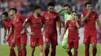 Ekspresi para pemain Timnas Indonesia, termasuk kiper Awan Setho Raharjo (baju hijau) setelah kalah 2-4 dari Thailand pada Piala AFF 2018 di Stadion Rajamangala, Sabtu (17/11/2018). (Bola.com/M. Iqbal Ichsan)