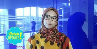 Main film perdana, Ria Ricis banyak berdiskusi bagaimana akting adegan sedih dengan kakaknya, Oki Setiana Dewi.