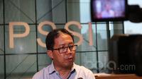 Plt. Sekjen PSSI, Djoko Driyono memberikan informasi terkait penunjukan dirinya menggantikan Ade Welington di Kantor PSSI, Jakarta (12/4/2017). (Bola.com/Nicklas Hanoatubun)