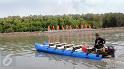 Perahu melintasi sungai di Hutan Mangrove Karangsong, Indramayu, Jabar, Jumat (15/1). PT Pertamina melalui unit pengolahan RU VI Balongan kembali mewujudkan kegiatan CSR melalui aksi nyata menanam dan merehabilitasi mangrove. (Liputan6.com/Helmi Afandi)
