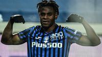 Striker Atalanta, Duvan Zapata melakukan selebrasi usai mencetak gol pertama timnya ke gawang Napoli dalam laga leg kedua semifinal Coppa Italia 2020/21 di The Azzurri d'Italia Stadium, Rabu (10/2/2021). Atalanta menang 3-1 atas Napoli. (AFP/Miguel Medina)