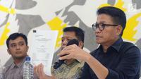 Direktur Eksekutif Amnesty International Indonesia, Usman Hamid (kanan) memberi keterangan di Jakarta, Kamis (5/4). Amnesty International Indonesia menyesalkan putusan MA yang menolak PK kasus Basuki Tjahaja Purnama. (Liputan6.com/Helmi Fithriansyah)