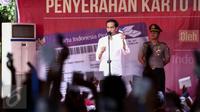 Presiden Joko Widodo (Jokowi) menjelaskan tentang manfaat dari Kartu Indonesia Pintar (KIP) di Ambon, Maluku, (8/2). Jokowi membagikan sekitar 1.265 KIP untuk para siswa di Ambon. (Liputan6.com/Faizal Fanani)