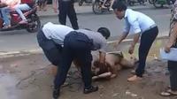 Pasangan pria yang telanjang yang digrebek dari sebuah mobil di Pati, diikat oleh warga disaksikan polisi. (foto: Liputan6.com/istimewa/felek wahyu)
