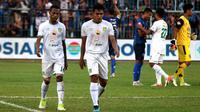 Dua pemain Persebaya Surabaya, Ruben Sanadi dan Rachmat Irianto, tertunduk lesu setelah timnya kalah telak 0-4 dari Arema FC dalam laga pekan ke-14 Shopee Liga 1 2019 di Stadion Kanjuruhan, Malang, Kamis (15/8/2019). (Bola.com/Aditya Wany)