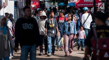 """Pengunjung memadati ajang """"Jakcloth 2017"""" di Senayan, Jakarta, Jumat (16/6). Bazar yang diikuti ratusan merek dagang pakaian tersebut berlangsung 14-21 Juni 2017. (Liputan6.com/Gempur M Surya)"""