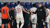 Ole Gunnar Solksjaer memberikan semangat kepada anak asuhnya usai Manchester United dikalahkan Istanbul Basaksehir, Kamis (05/11/2020) dini hari WIB. (OZAN KOSE / AFP)