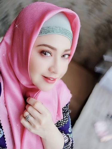Putri Elvy Sukaesih, Neng Wirdha, mempopulerkan lagu berjudul Abang Zecky. Lagu ini laris manis diputar di radio.